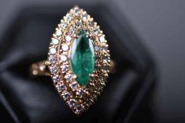 Damenring, GG 750Ringkopf, ausgefasst mit 1 Smaragd-Navette, ca. 11 x 5 mm und 44 Brillanten, ca.