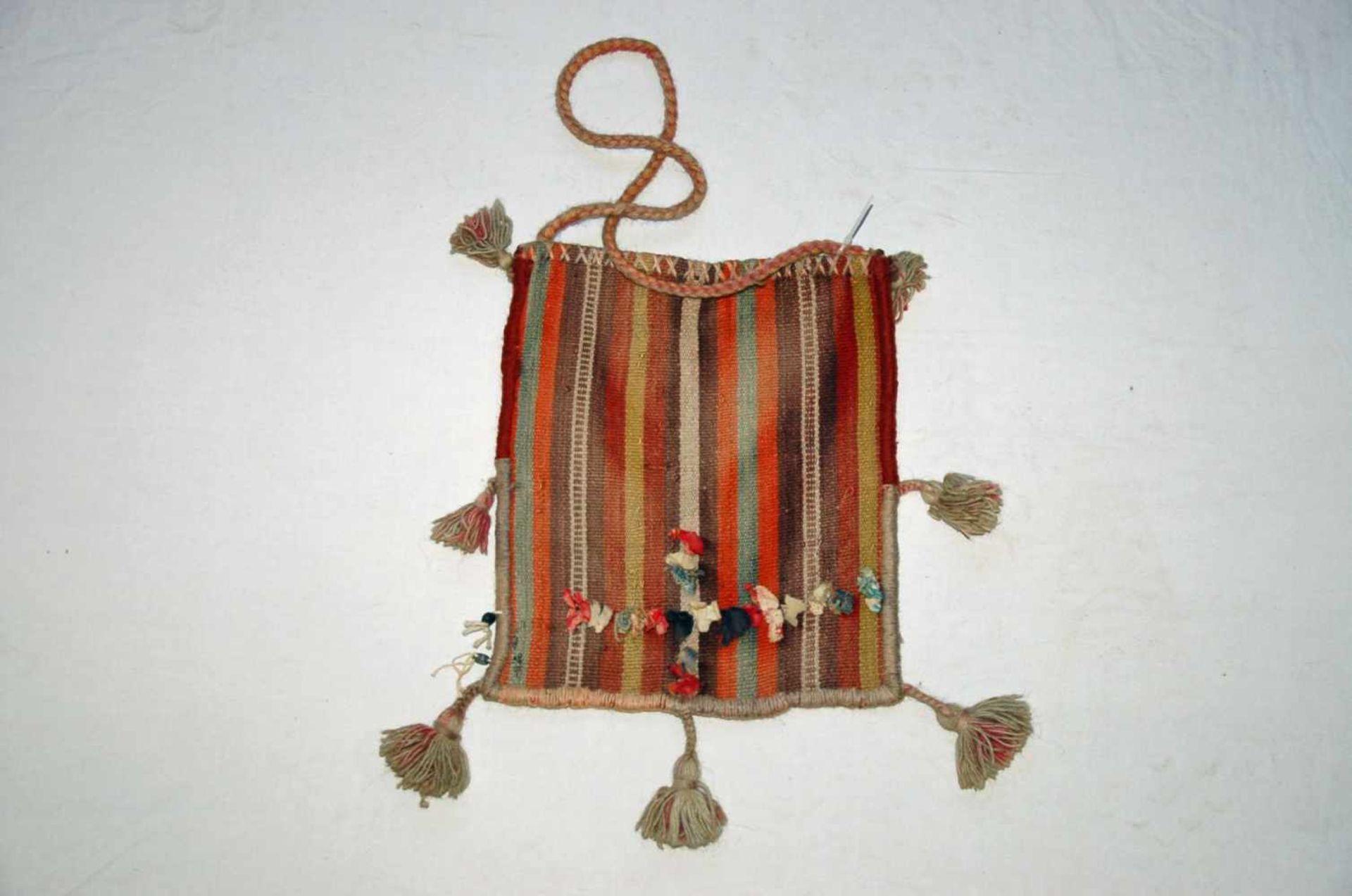 Kleine Tasche, TekkeTürkei, ca. 28 x 32 cm mit Fransen.