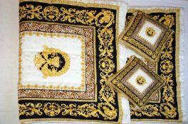 Tagesdecke und Paar Kissen, Sfarzo, Versace-Designgesteppte Decke, ca. 240 x 240 cm. Kissen je ca.