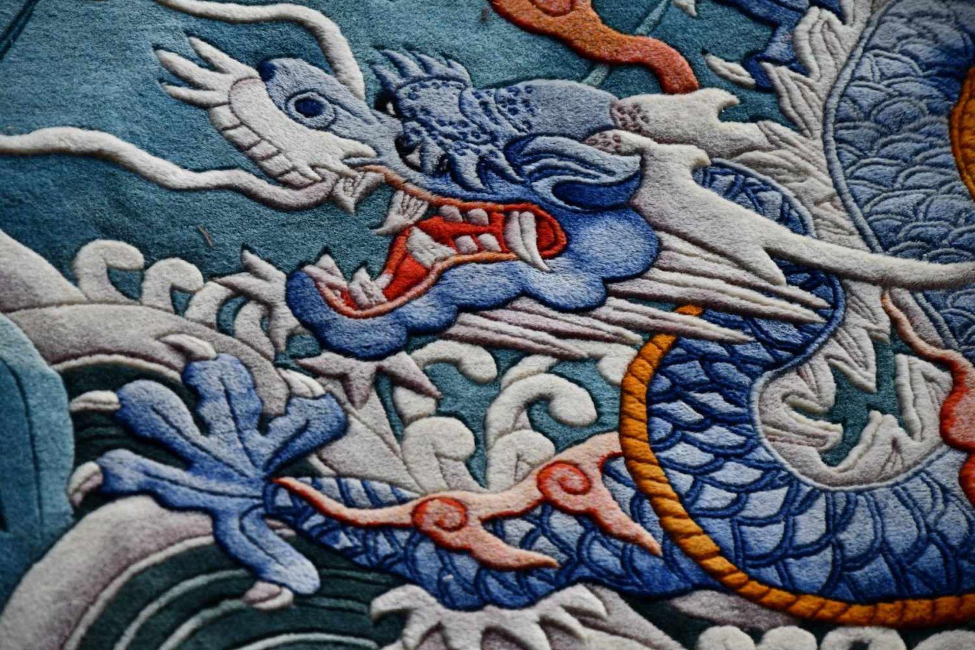 Großer Wandteppich, ChinaKampf des goldenen und blauen Drachen auf türkisfarbenem Fond, unten - Bild 6 aus 6
