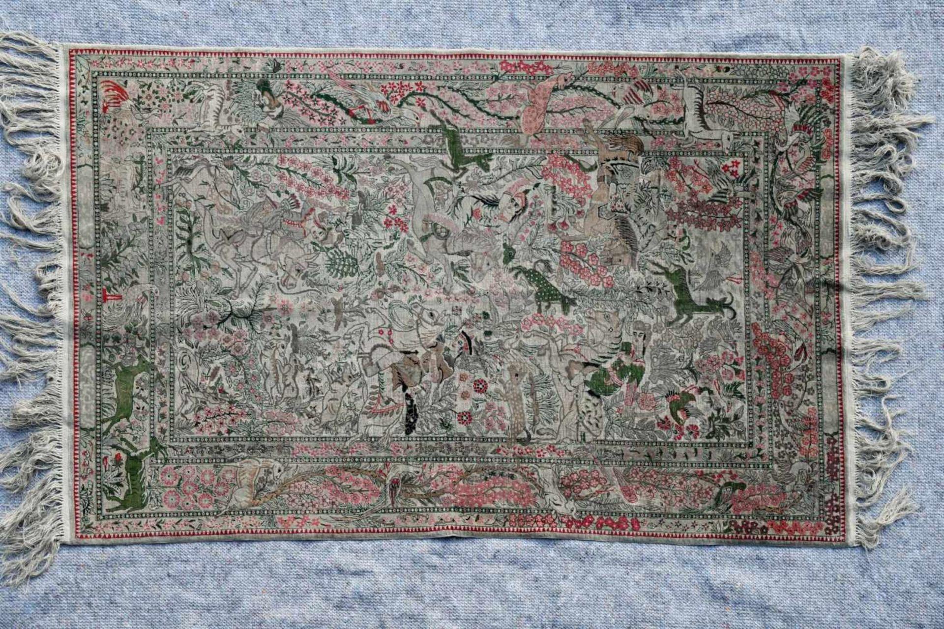 Seidenbrücke, Persienin vorwiegend beige, rot und grün gehaltener Bilderteppich mit