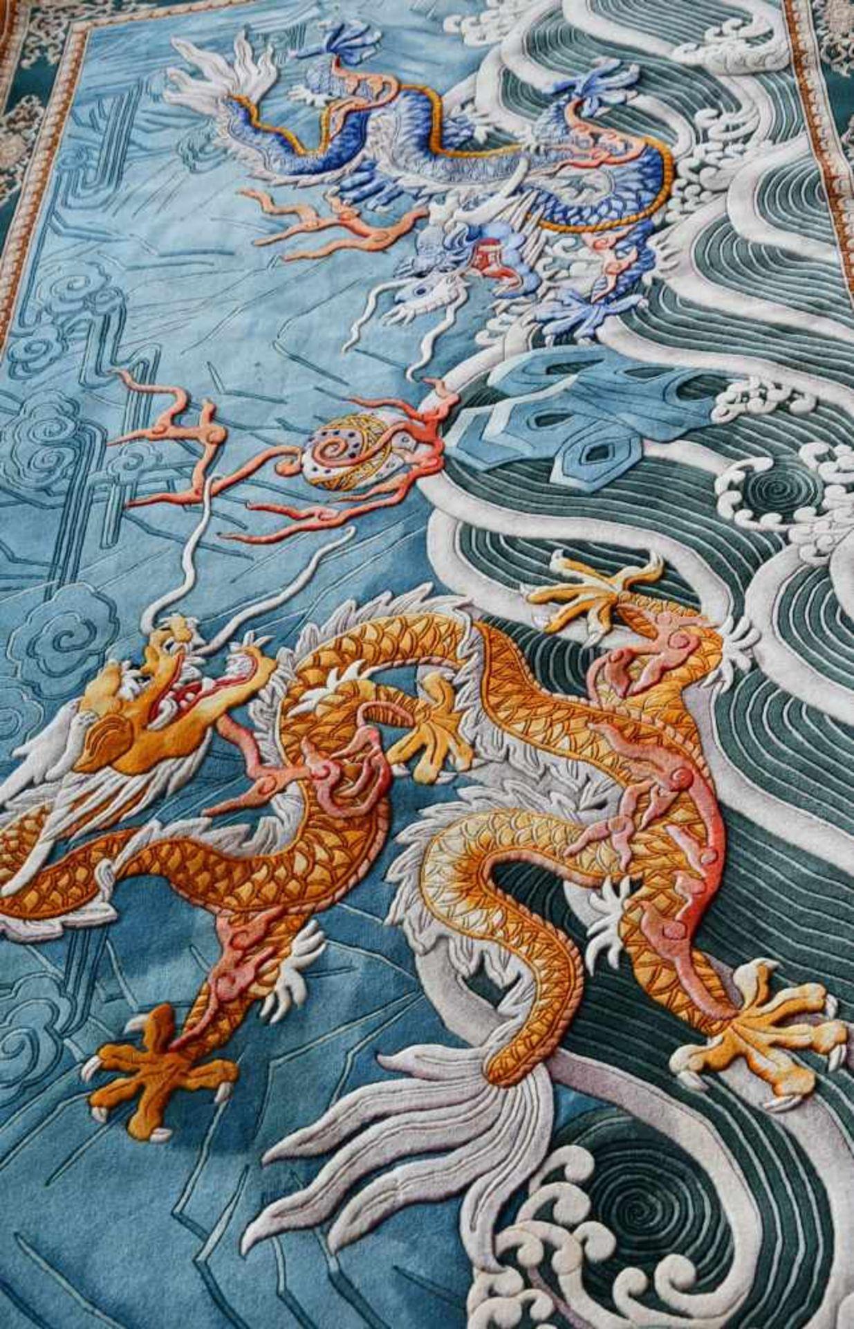 Großer Wandteppich, ChinaKampf des goldenen und blauen Drachen auf türkisfarbenem Fond, unten - Bild 5 aus 6