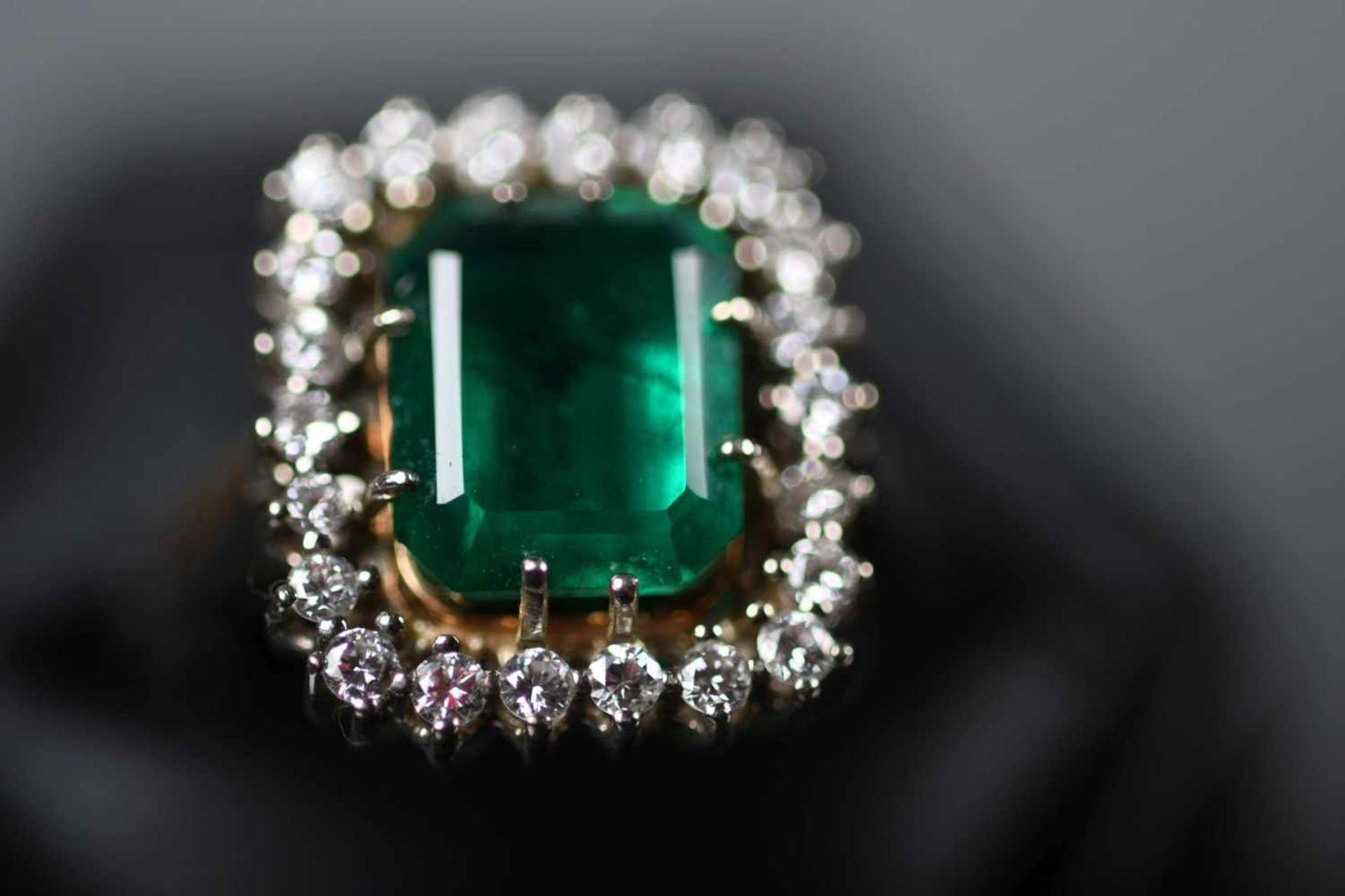 Damenring, WG 585ausgefasst mit großem, tiefgrünem Smaragd, ca. 10 x 8 mm (kl. Chip), sowie 22