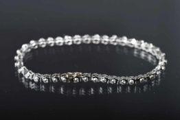 Tennisarmband, GG 750, rhodiniertausgefasst mit 38 Brillanten, ca. 1,50 ct/K-L/si. L. ca. 18,5 cm,