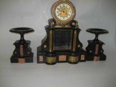 Kaminuhr-Garnitur Frankreich um 1870, Gehäuse aus schwarzem Marmor mit braunem Marmor eingelegt