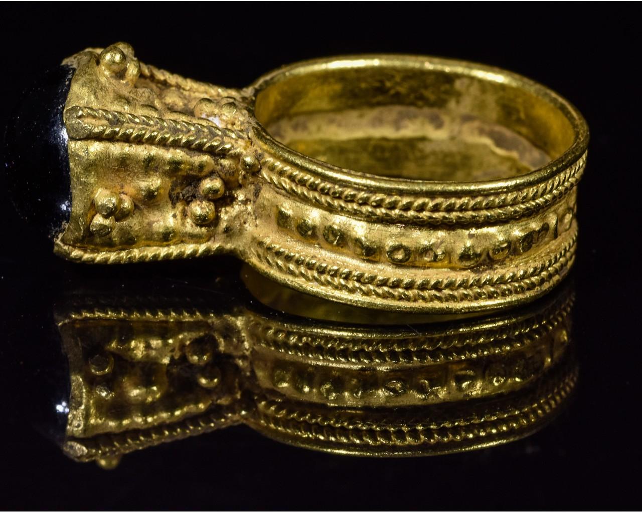 MEROVINGIAN GOLD RING WITH GARNET STONE - Image 3 of 5
