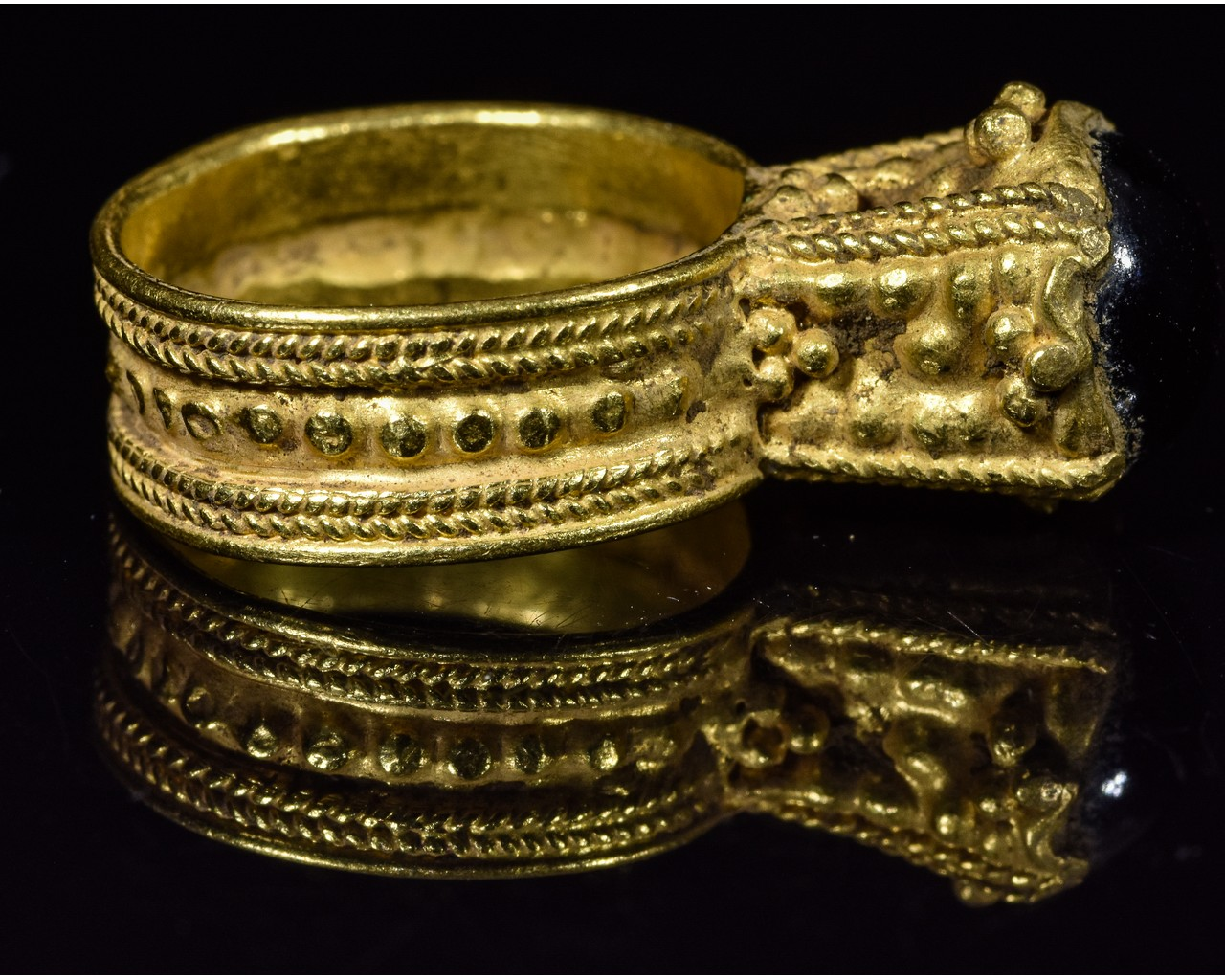 MEROVINGIAN GOLD RING WITH GARNET STONE - Image 5 of 5