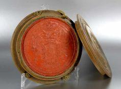 Siegelwohl 17. Jhd.?, rundes rotes Siegel, mit Wappendekor, in Holzetui, D. 18