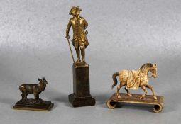 Satz Figuren19./20. Jhd., 3 Figuren, geschnitztes Pferd wohl Elfenbein, Bronzeplastik Alter Fritz,