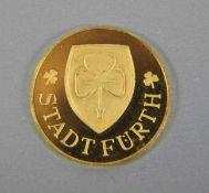 Gedenkmedaille Fürth986er GG, Gedenkmadaille Stadt Fürth mit Kleeblattwappen, verso Rathaus Anno