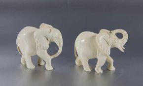 Paar Elfenbeinelephantenwohl um 1900, Asien, 2 geschnitzte kleine Elfenbein-Elephanten, Gebr.sp., H.