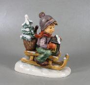 Hummel BubenfigurGoebel, Hummel, Fahrt in die Weihnacht, mittelgroße Figur eines Jungen auf