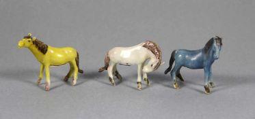 Satz Miniatur-Pferdewomögl. China?, 3 Stk. kleine Pferde, weißer Scherben, farbig staffiert, Gebr.