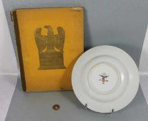 Zigarettenbilderalbum, Teller u. Reichsmarks-Münze3tlg. Konvolut, 1 Porzellanteller der Fl.U.V.,