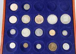 Konvolut Münzen17 Münzen in Schatulle, z.T. Silber, 2 Münzen 625er Silber 5 DM 1969 und 1974, 7