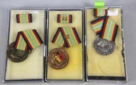 Konvolut NVA-Medaillenoriginal aus NVA-Beständen, 3 Stk. emaillierte Medaillen, Goldene Medaille für