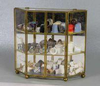 Sammlung Fingerhüte in Vitrineca. 44 Fingerhüte in einer Glasvitrine, versch Materialien und