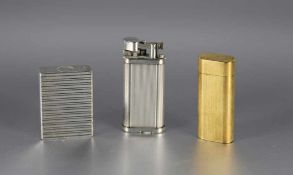 Konvolut Feuerzeuge3 Stk., vergoldetes Feuerzeug Cartier dat. 1993, Nummer C26814, sowie Dunhill