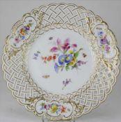 Meissen Prunkteller19. Jh. Korbrandteller mit Blumenbukets im Spiegel und in drei Randvignetten