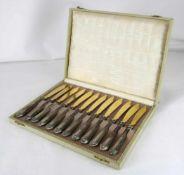 Jugendstil ObstmesserUm 1910. Griffe gefüllt und mit Silber 800 punziert. 12-teilig in