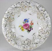 Prunkteller Meissen20. Jh. Großer Teller mit reliefiertem Rand und Blumenbuket im Spiegel sowie