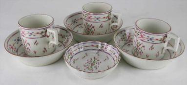 Konvolut NymphenburgUm 1770. Drei kleine Tassen, drei kleine Teller mit tiefem Fond und eine kleines