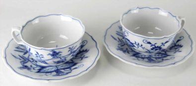 Zwei Teetassen Meissen20. Jh. Form Neuer Ausschnitt mit Dekor Zwiebelmuster. Durchmesser Untere