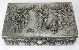 Historismus SilberdoseDeutsch um 1900. Relief auf dem Deckel zeigt Musik und Tanz in einem