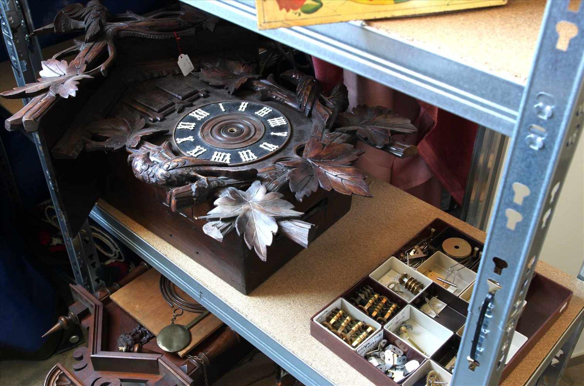 Los 29 - Konvolut SchwarzwalduhrenInhalt in einem Regal (Regal gehört nicht zum Auktionsumfang).