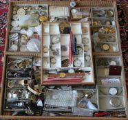 Konvolut Uhrenteilefür Taschenuhren in drei Kisten. Zustand wie abgebildet. Bitte selbst