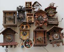 Konvolut UhrenteileTeils Uhrgehäuse für Kuckucksuhren teils mit Werken, teils 19. Jh. etc. Zustand