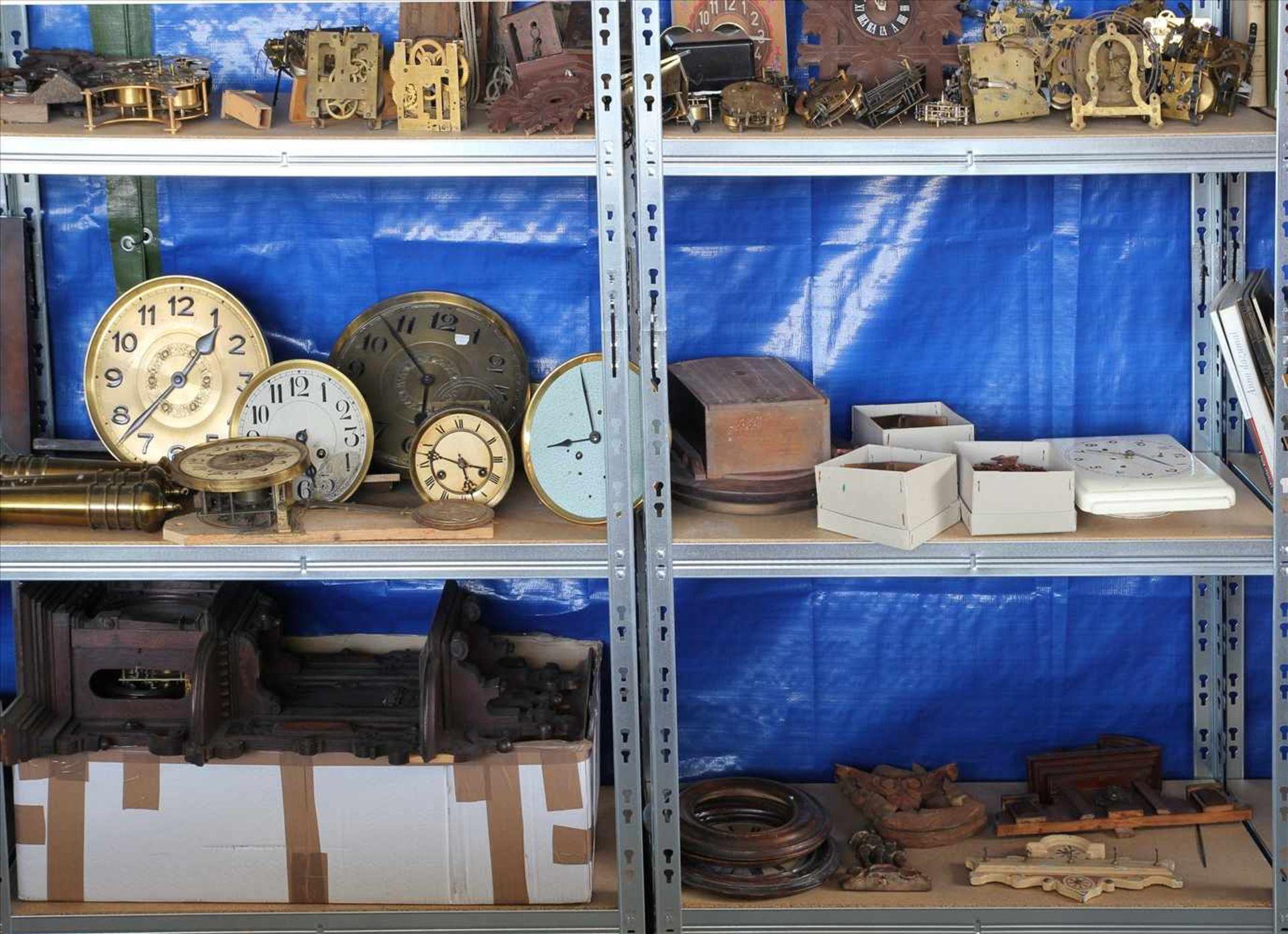 Los 26 - Konvolut UhrenersatzteileInhalt in zwei Regalen (Regale gehören nicht zum Auktionsumfang). Teils 19.