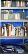 Konvolut BücherInhalt in einem Regal (Regal gehört nicht zum Auktionsumfang). Teils