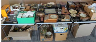 Konvolut UhrenteileAuf und unter sechs Tischen (Tische nicht im Auktionsumfang enthalten). Werke,