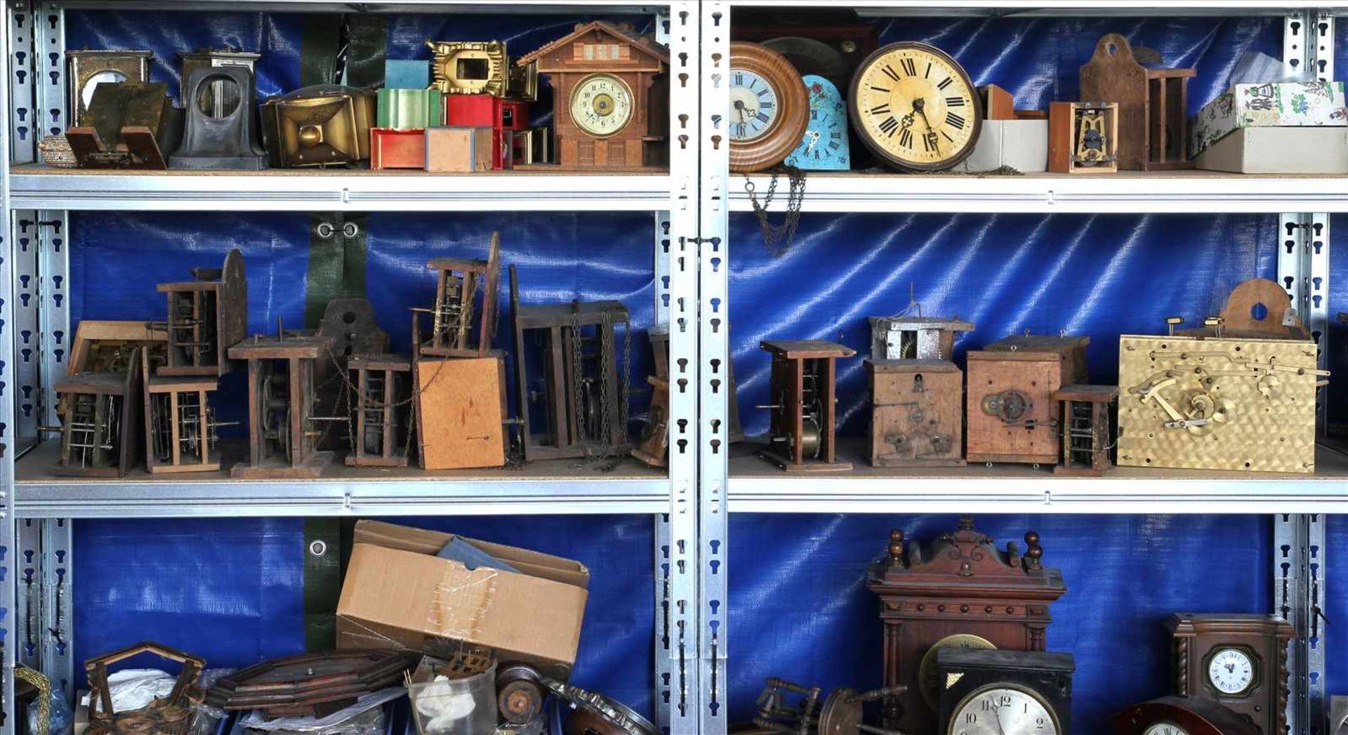 Los 23 - Konvolut UhrenersatzteileInhalt in drei Regalen (Regale gehören nicht zum Auktionsumfang).