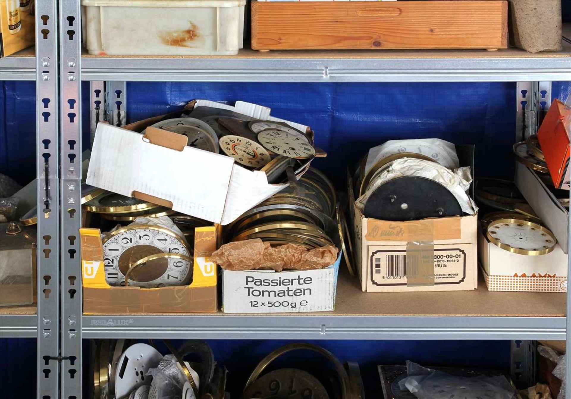 Los 21 - Konvolut UhrenersatzteileInhalt in drei Regalen (Regale gehören nicht zum Auktionsumfang). Zustand