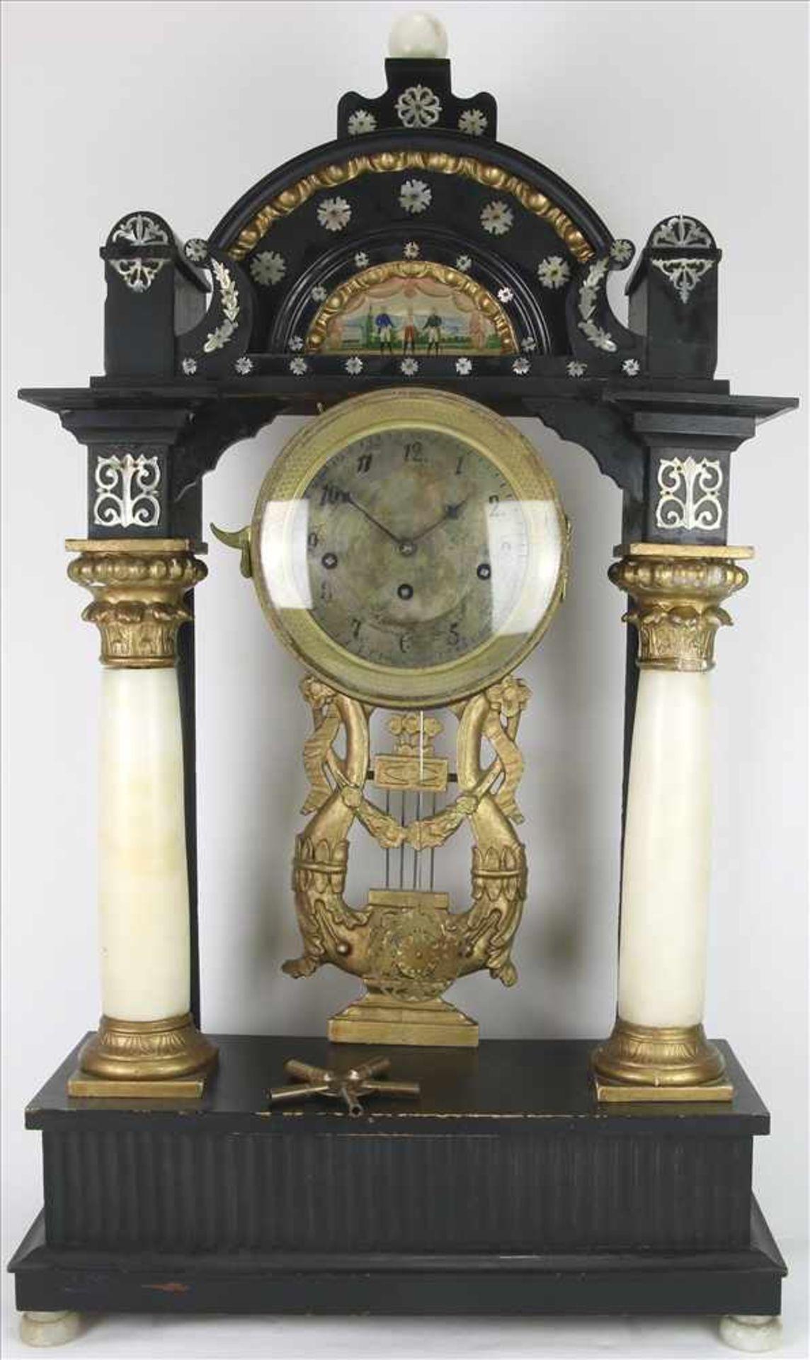 Los 1 - Wiener PortaluhrÖsterreich um 1830. Ebonisierter Holzkorpus mit Alabastersäulen und Lyra. Reiche