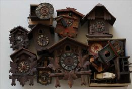Konvolut UhrenteileUhrgehäuse für Kuckucksuhren teils mit Werken, teils 19. Jh. etc. Zustand wie