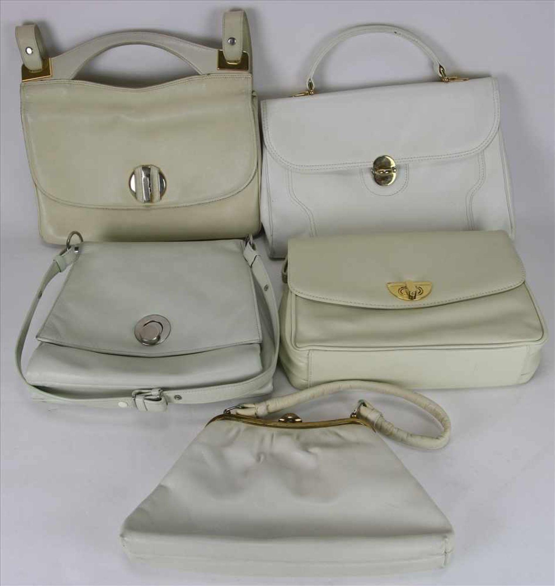 Los 60 - Fünf Vintage Handtaschen1970-er Jahre. Helle Ledertaschen. Größe der größten ca. 33 x 8 cm, Höhe ca.