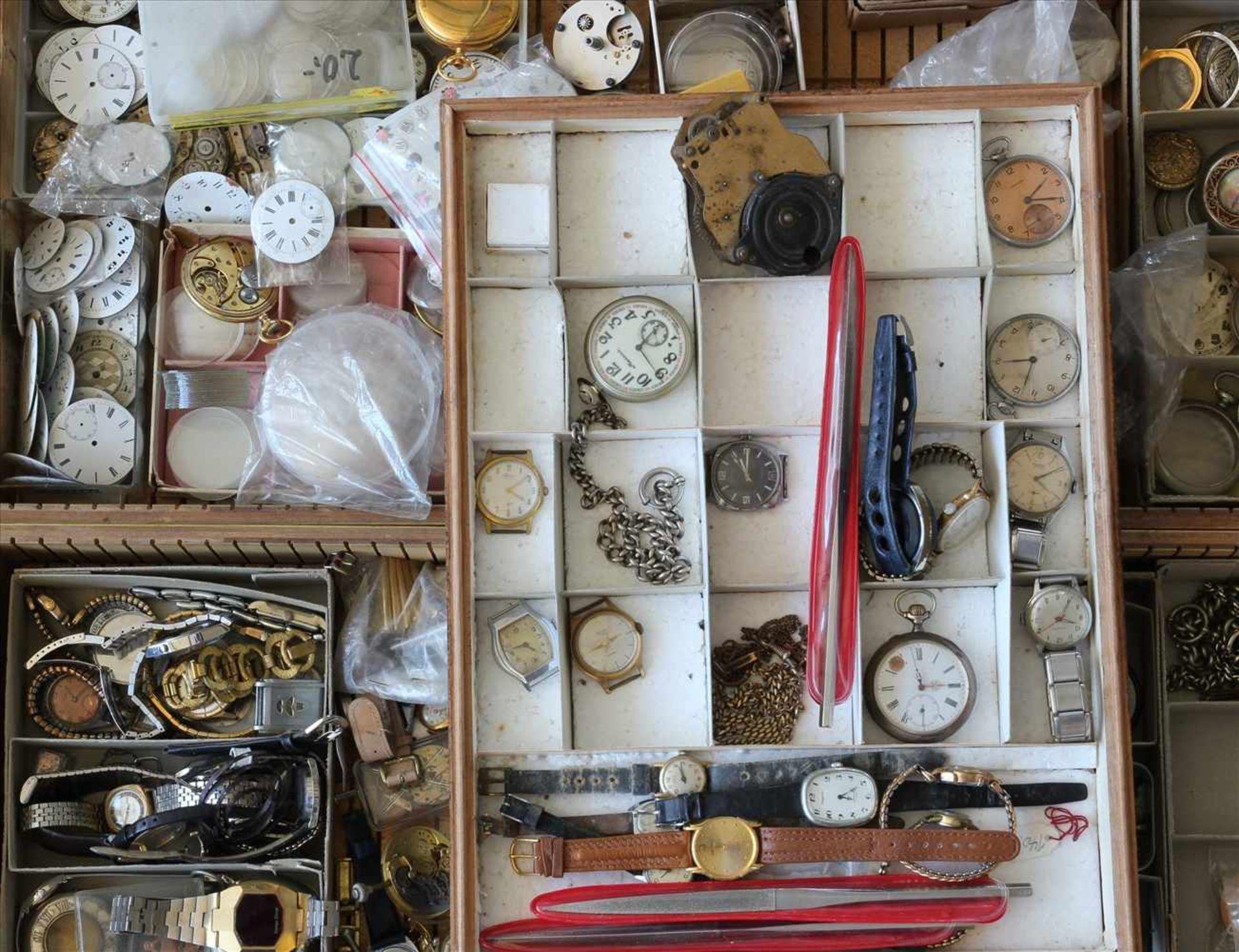 Los 4 - Konvolut Uhrenteilefür Taschenuhren in drei Kisten. Zustand wie abgebildet. Bitte selbst