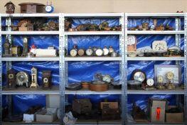 Konvolut UhrenersatzteileInhalt in drei Regalen (Regale gehören nicht zum Auktionsumfang).