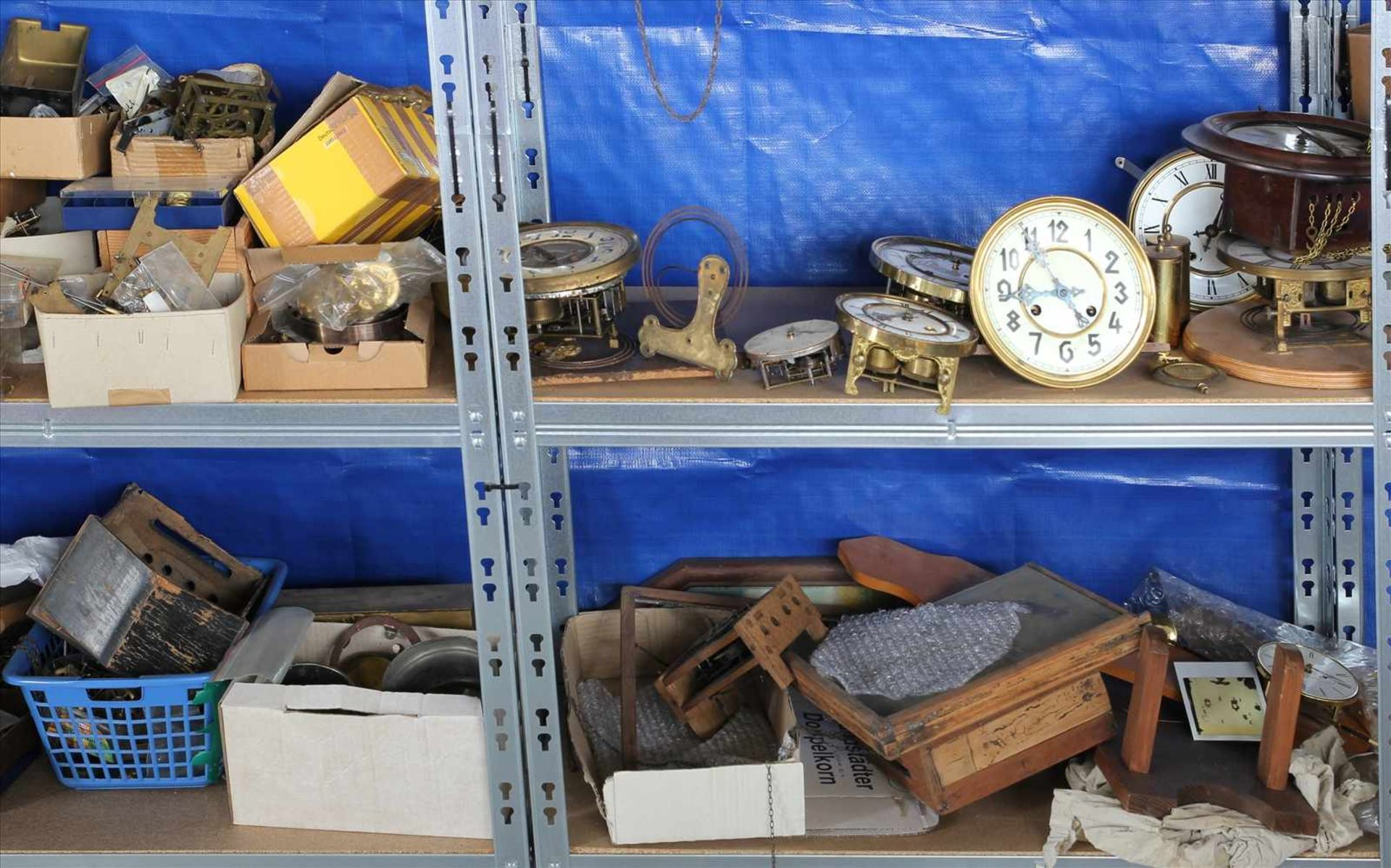 Los 22 - Konvolut UhrenersatzteileInhalt in drei Regalen (Regale gehören nicht zum Auktionsumfang).
