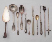Konvolut BesteckDiverse Hersteller, meist deutsch. Meist Silber 800. Elf diverse Vorlegeteile.