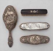 ToilettsetHistorismus um 1900. England. Barockstil. Meist Silber mit englischen Punzen, Holzbürste