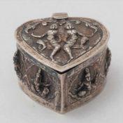 HerzdoseIndien 19. Jh. Scharnierdeckeldose in Herzform mit handgetriebenen Götterfiguren auf dem