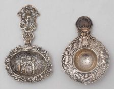 Zwei Teesiebe19. Jh. Silber. Teesieb verziert mit Putten, Blüten und Rocaillen, einem Paar und einer