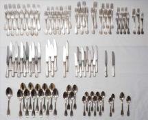 Silberbesteck aus Adelsbesitz19. Jh. Silber. Restbesteck meist Spatenform. Diverse Gabeln, Löffel,