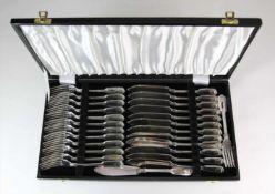 Edles FischbesteckEngland, Sheffield um 1900. Elektroplattiertes Silber. Komplett für 14 Personen.