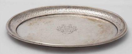 Ovalplatte mit WappenDeutsch 19. Jh. Silber 800. Ovale Platte mit Adelswappen und gehämmertem