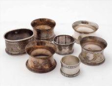 Konvolut ServiettenringeAlle um 1900. Drei Silber 800 bzw. undeutlich punziert, Gesamtgewicht ca. 97